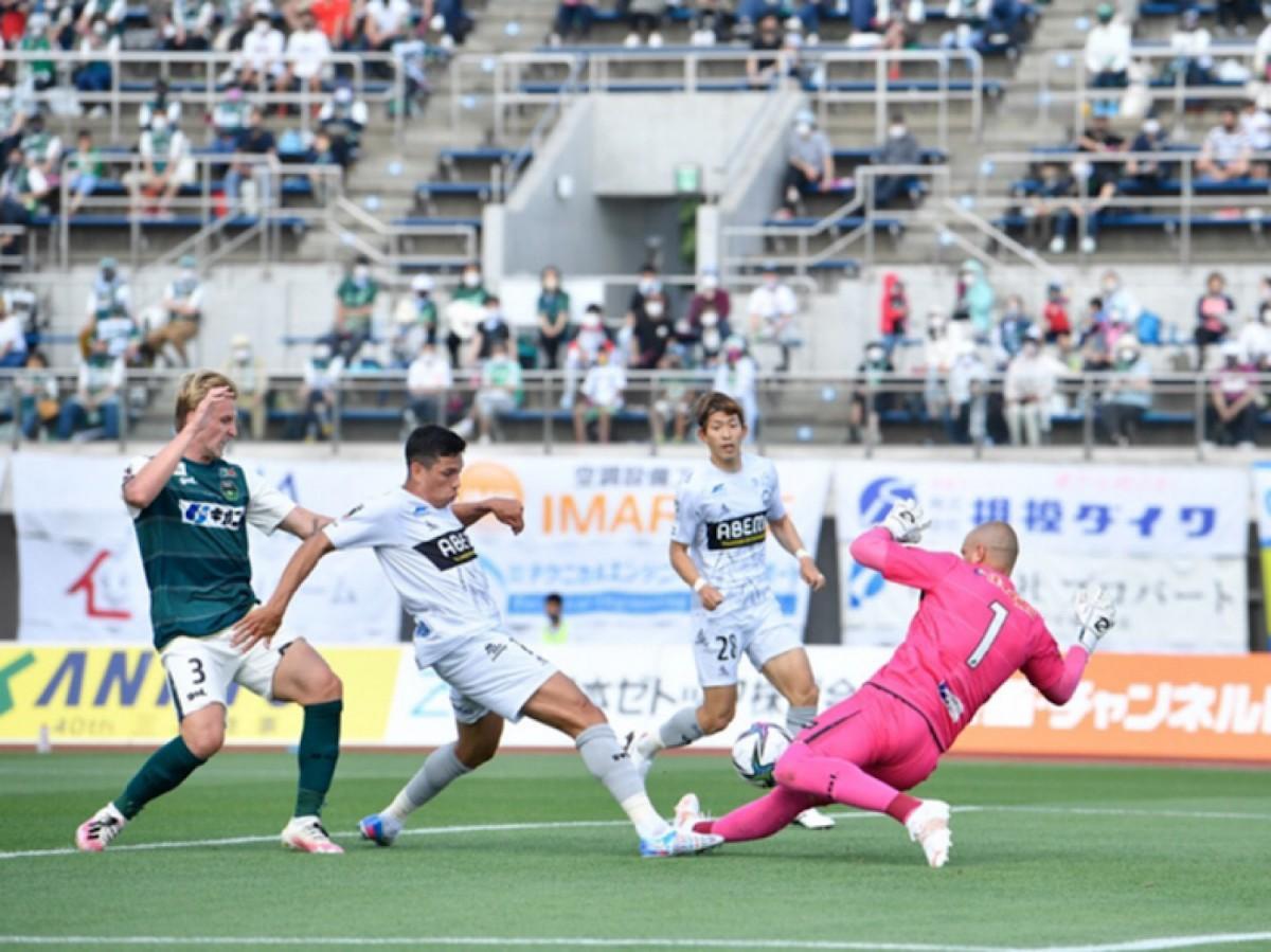 ドゥドゥ選手のシュートを阻むアジェノール選手 ©FC町田ゼルビア