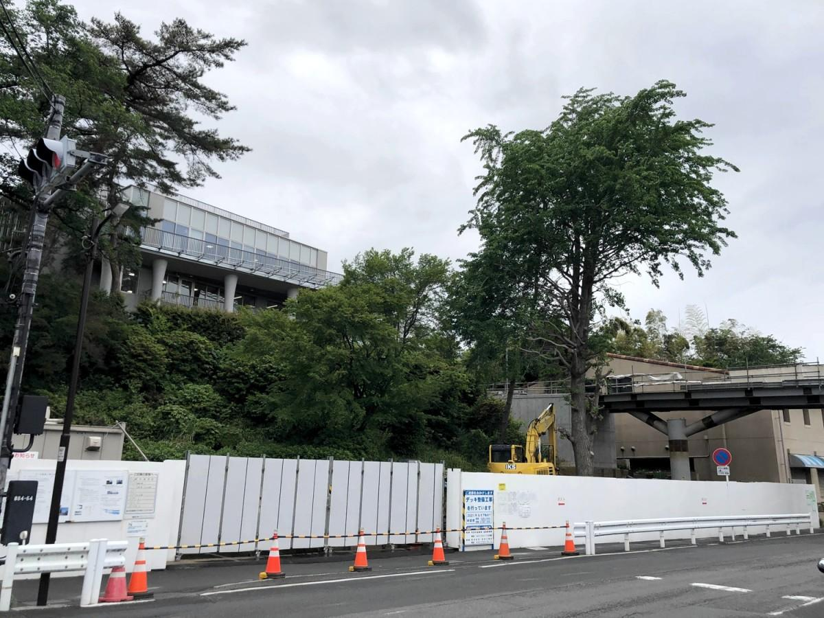 玉川学園コミュニティセンター、駅改札と結ぶデッキは工事中