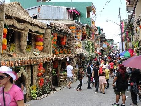 色とりどりに飾られた家々。コンテストもあり優勝は10万ペソの賞金も用意される