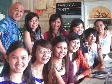 旺盛なサービス精神で「全ての生徒が英語を話せるように」とフィリピン人英語講師陣