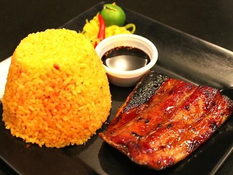 うなぎのかば焼きを食べて思いついたという新メニューはフィリピン人にも人気という