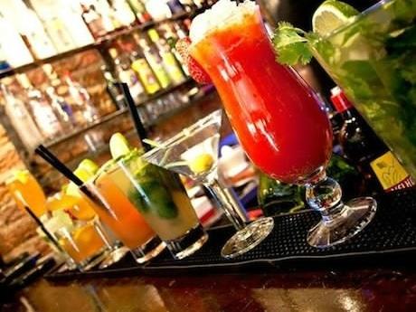 アルコールケータリングサービスは多いが、バーカウンターやバーチェアーを標準で設営するサービスは珍しいという