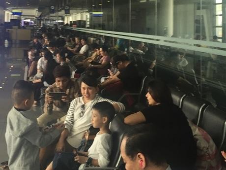 空港で出発を待つ人たち