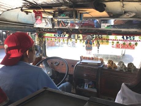 マイメロディーに見守られてジプニー運転手の視界は良好