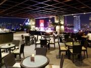 マニラの32階屋上バーが3周年 プールサイドで音楽演奏も
