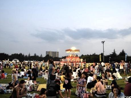 「松戸駐屯地盆踊り大会」でにぎわう会場の様子