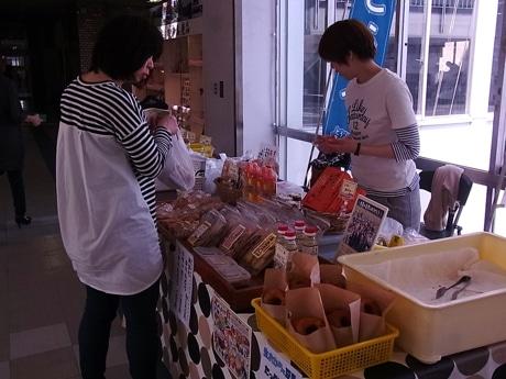 福祉ショップ作品展示即売会に出店した「豆のちから」(4月の様子)