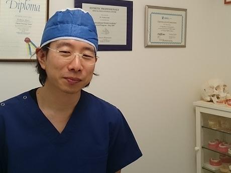 「インプラント・再生医療研究センター」センター長で歯科医の加藤嘉哉さん