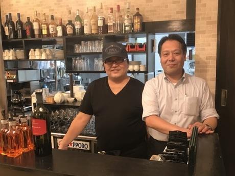 マネジャーの小川誠さん(右)