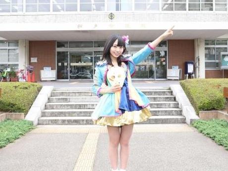 アイドルグループ「仮面女子」メンバーの月野もあさん(松戸市役所玄関前で撮影)
