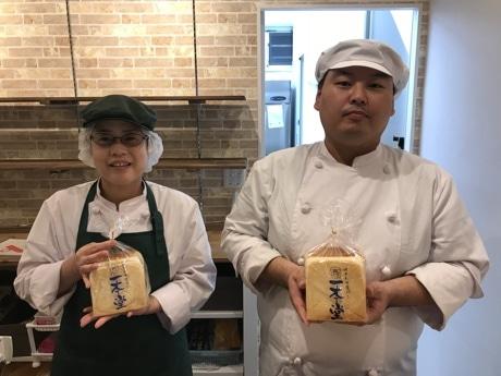 「一本堂」店主の藤井秀明さん(右)