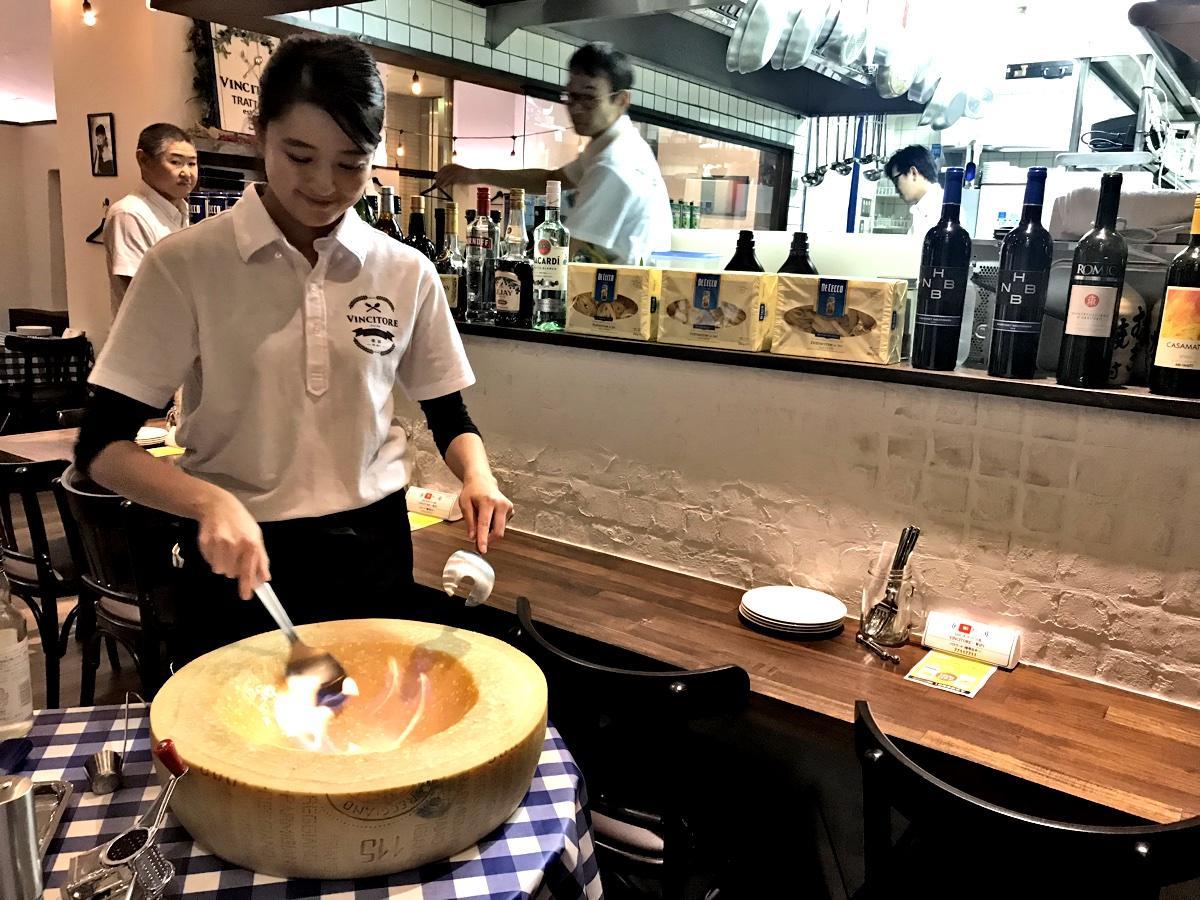 パルミジャーノチーズの塊の中で混ぜ合わせて調理するチーズリゾット