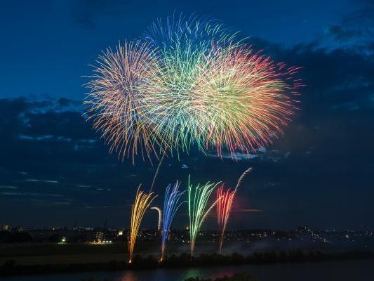 松戸の江戸川河川敷で上がる花火