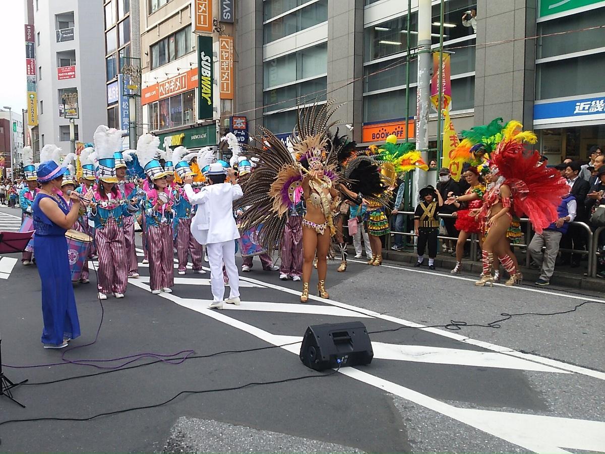 地元サンバチーム「フロール・ヂ・マツド・セレージャ」のパレード
