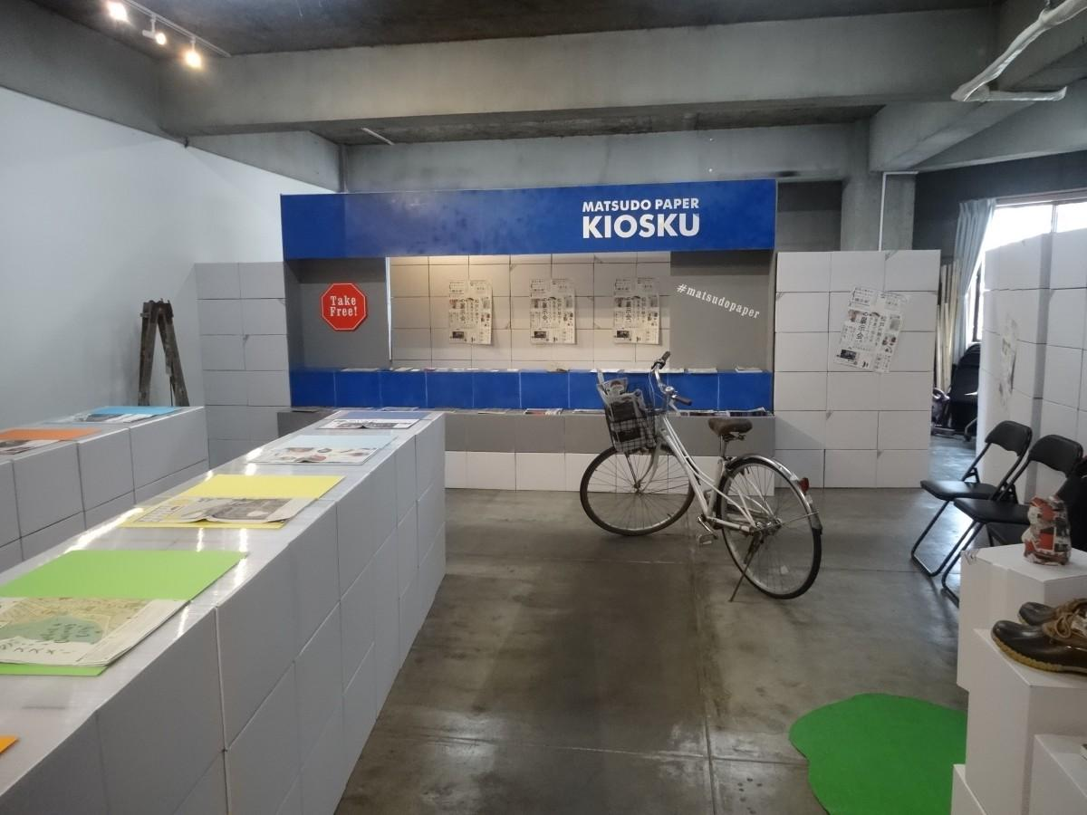 リーペーパーの紙をヒントに段ボール箱でデザインしたという展示スペース