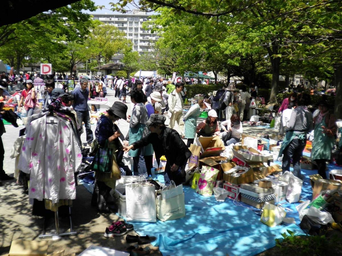 昨年4月の「新松戸チャリティーフリーマーケット」の様子