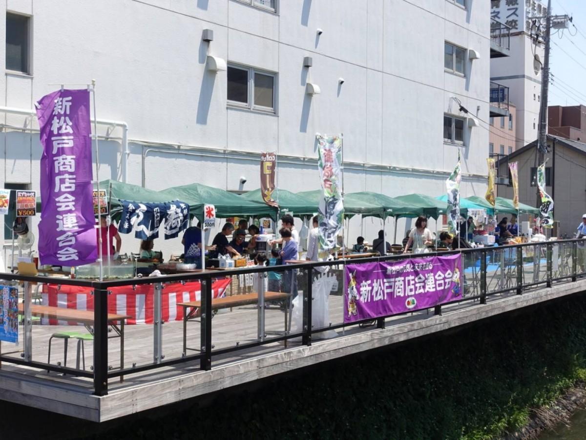 今年5月に新坂川親水テラスで開催された「新松戸朝市」の様子