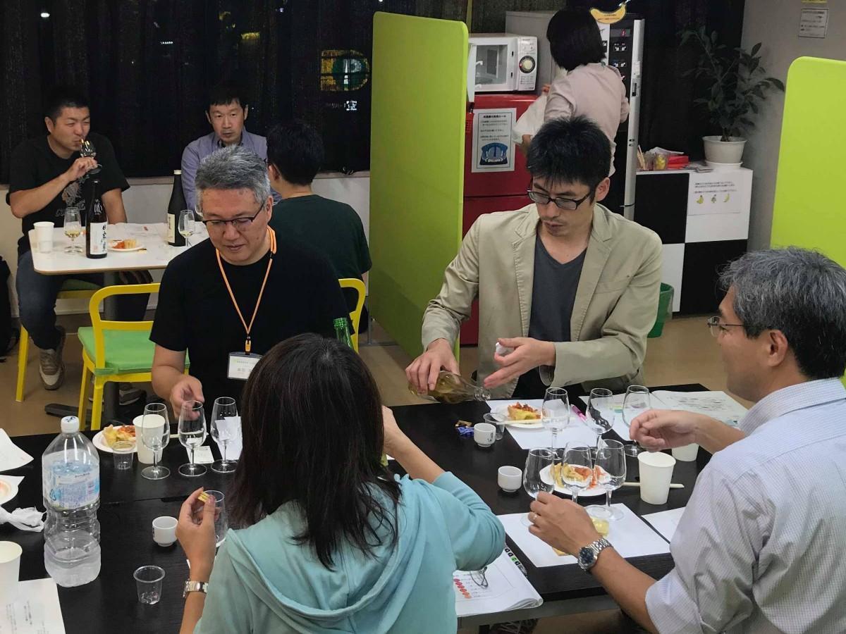 「わかりやすい日本酒講座」でテイスティングする受講者ら