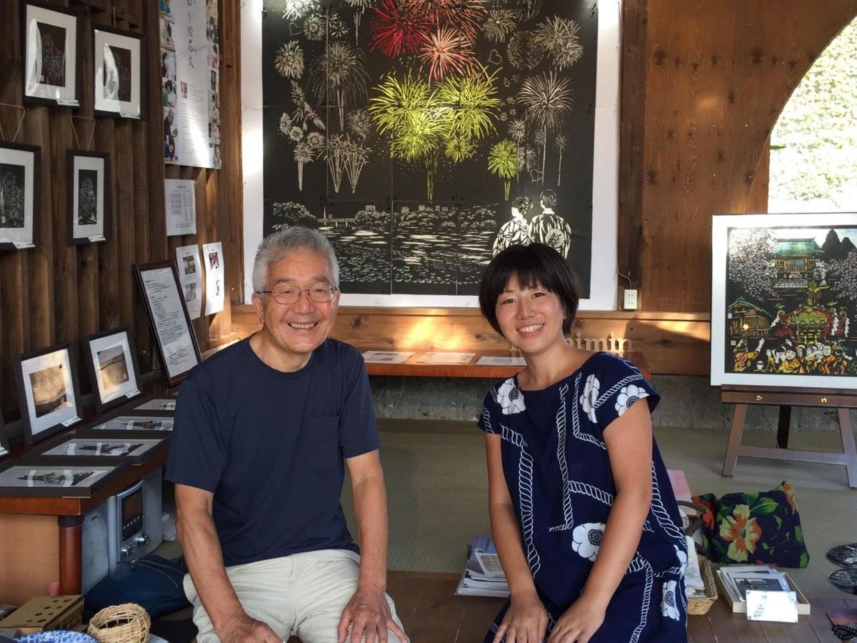 切り絵花火を制作した飯田信義さん(左)とWaCreationの手塚社長(machimin提供)