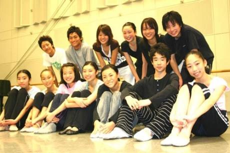 鰐川枝里さん(前列右から4人目)、高木花文さん(前列右から3人目)、加見理一さん(後列最右)©Saburo Teshigawara