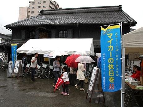 雨の中、蔵シック館前では中古自転車の展示販売が行われた。