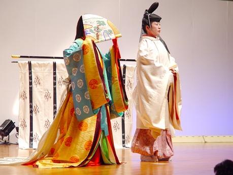 着装を終えた光源氏と紫の上。「女性は外へ出るときは顔を隠していた」ことまで再現。