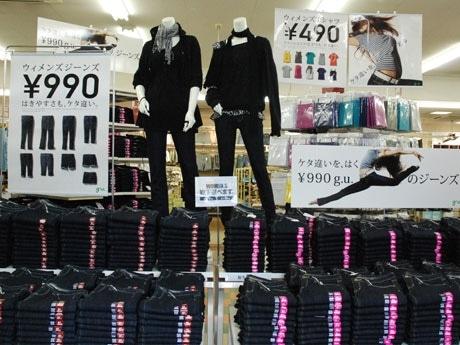 「g.u.」店内。目玉商品のジーンズ(990円)は型も豊富にそろう。