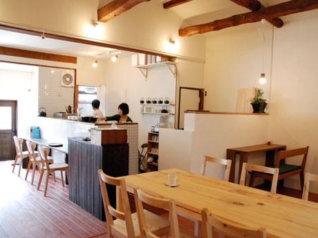 松本のカフェでは珍しく、朝が早い。「朝ごはんを外で食べると元気になれると思って」(やよいさん)。