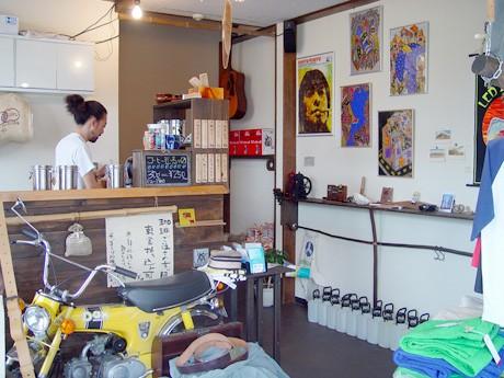 店主の小田切勝さんが1杯ずつ丁寧にコーヒーを入れる。