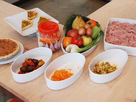 日替わりで並ぶ総菜。写真右から「豆鯵のエスカベッシュ」「かぼちゃとクリームチーズのサラダ」「オレンジ風味の人参サラダ」「ラタトウイユ」「本日のキッシュ」