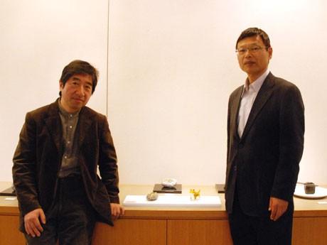 作品の前で。伊藤さん(写真左)と佐藤さん。