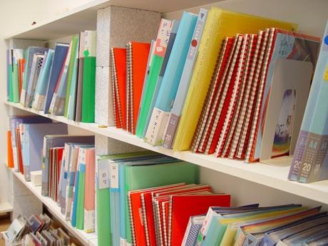 ずらりと並ぶ成瀬憲子さんの日記。「よくばってもしんどいので…(笑)。まずは1冊手に取ってみて」(成瀬さん)