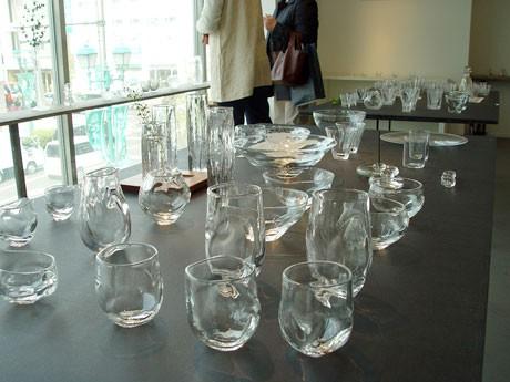 日が差し込むギャラリーに涼しげなガラス作品が並ぶ
