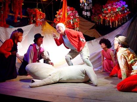 きらびやかな舞台で演じる「劇団どくんご」