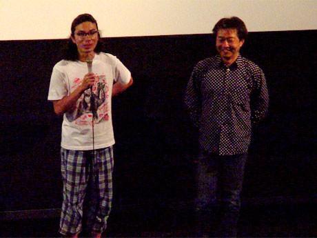 舞台あいさつ中の片桐仁さんと秋原正俊監督。