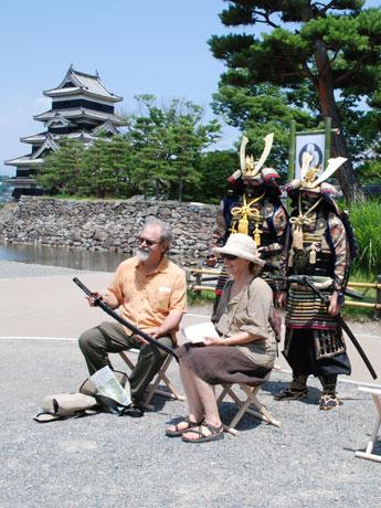 松本城をバックに甲冑武者と記念撮影。