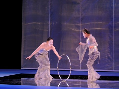 銀の輪をあぶくに見立てて、人魚姫と母親がじゃれあう。(撮影:山之上正信)