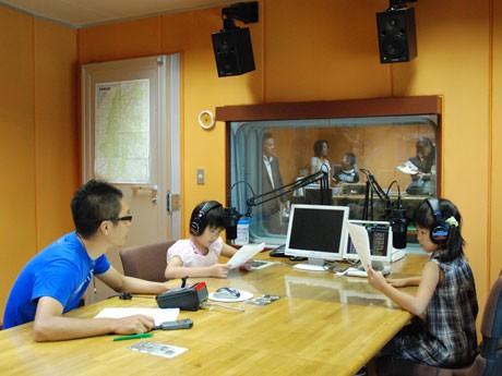 スタジオで小林さんのアドバイスを聞きながらCM収録する様子。