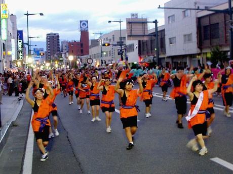 踊りながら市内のコースを回る参加連(手前は「正統松本ぼんぼん連」)。