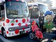 松本市の周遊バスに新デザイン-草間彌生さんの水玉やアルプちゃんも