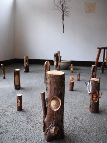 奥のつり下げられた木の枝にも地蔵が彫られている
