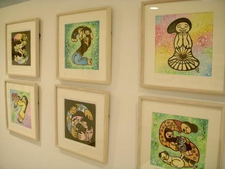 虹色に彩色された小林煌さんの木版画作品