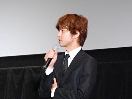舞台あいさつをする深川栄洋監督