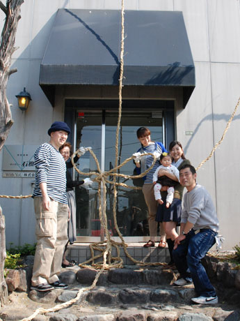 ちょう結びをして「家縛り」が完成。写真左が松本さん