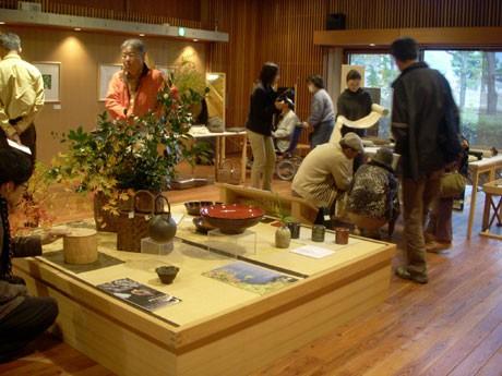「安曇野ちひろ美術館」で開催中の「東北の手しごと展」の様子