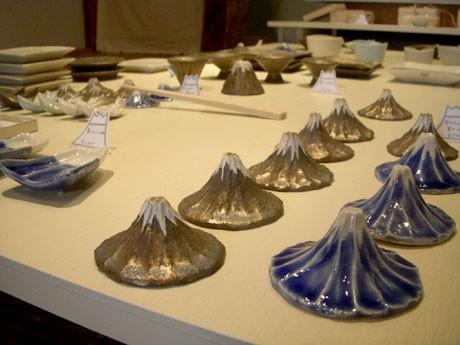 富士山をモチーフにした作品が多く並ぶ