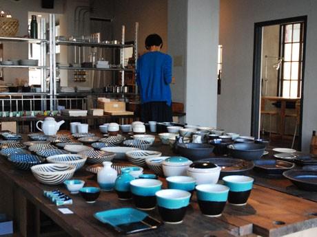中央のテーブルには4窯の作品が並ぶ