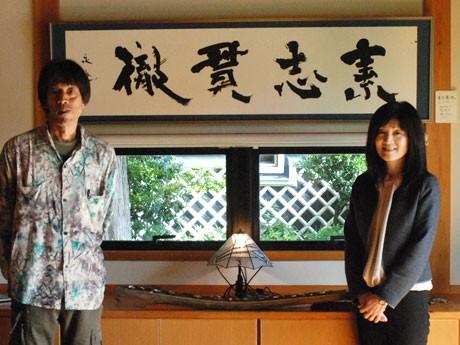 作品を前に、山口さんと高島さん