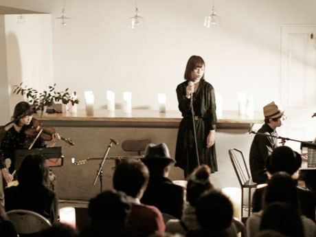 3人編成のライブの様子。左から根本さん、Janisさん、namakuraさん