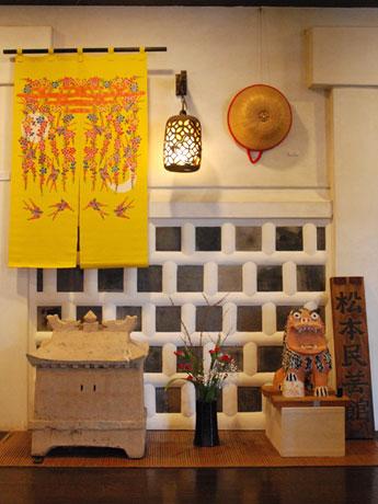 表情が愛らしいシーサー(右下)や、古琉球紅型を復元した作品(左上)